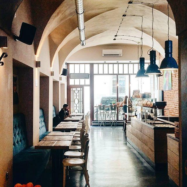 Jeśli śniadanie na Rynku, to tu. Pankejki, kawa, wnętrze ☕ #cracowbreakfastspots #oldtown #mainsquare #krakow #krk #interiordesign #cafe #bistro #fitagaincafe  #pancakes #igerskrakow #morningcoffee