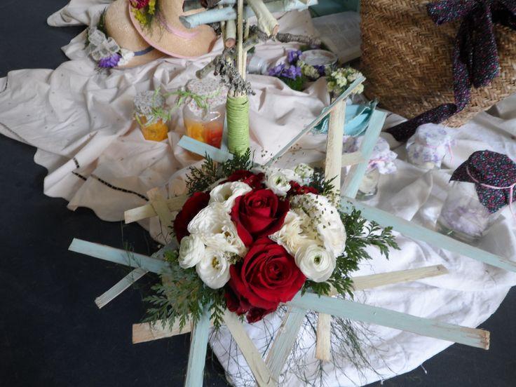 Bouquet de rosas rojas y Ranúnculos blancos sobre base de Helecho río y listoncillos de madera pintada!