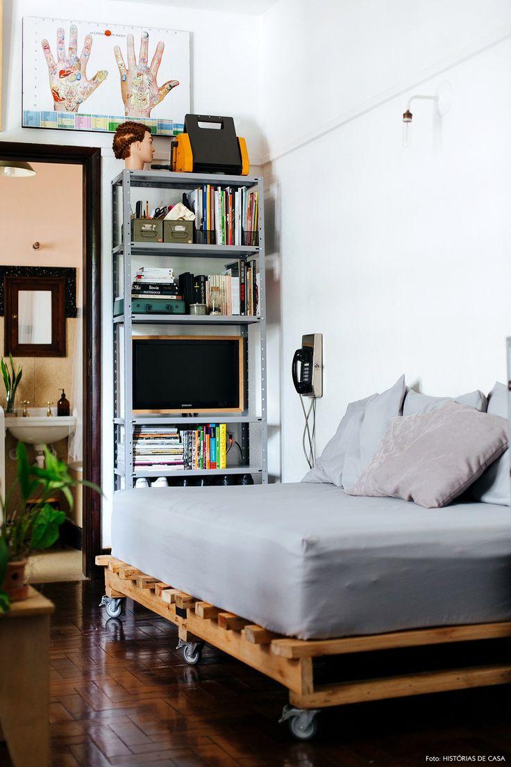 Sofá-cama feito com pallets, colchão de solteiro e almofadas.