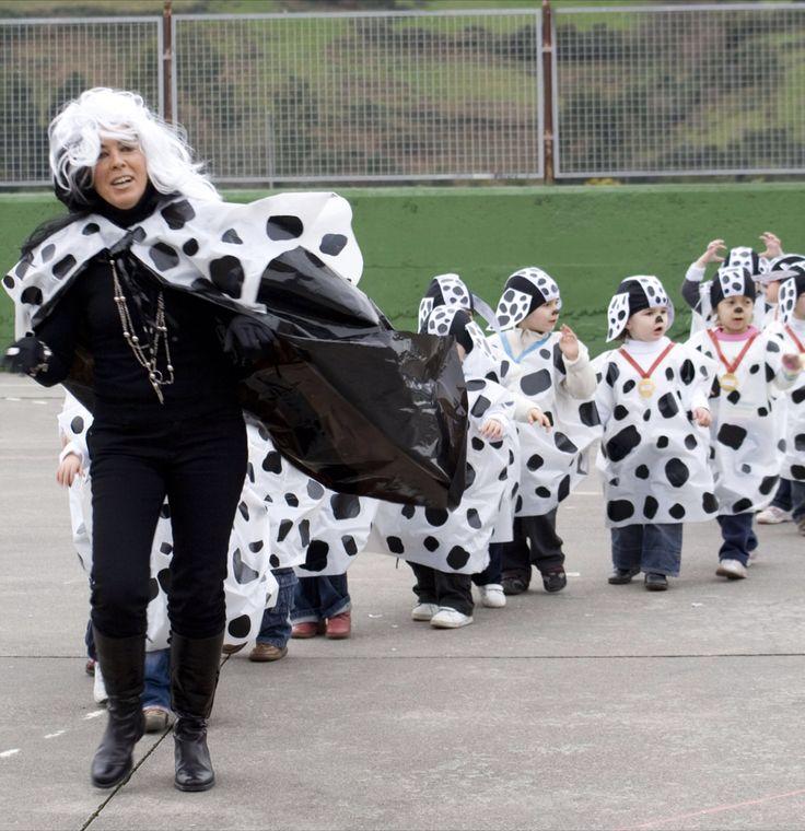 Disfraz de dálmatas con bolsas más pequeñas de 45x60 cm con una bolsa de basura blanca niños http://www.multipapel.com/subfamilia-bolsas-disfraces-educacion-infantil-pequenas.htm