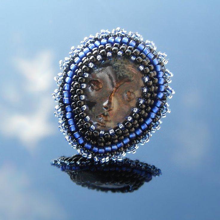 ❀ Cena: 160 CZK + 55 CZK doprava ❀ Prstýnek vyrobený časově náročnou technikou šitého šperku. Použit je krásný kerašon, který je obšívaný kvalitními japonskými korálky TOHO. Kabošon je připevněn na filigránovém prstenu univerzální velikosti. Prsten je z bižuterního kovu bronzové barvy. Autorský šperk | vavavu