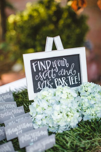 golf tee escort cards in the wedding colors, plus the par-tee signage, genius.