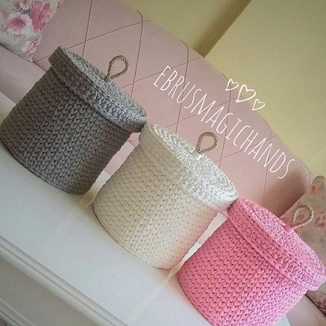 Trio lindo!  .  #crochet #croche #handmade #cesto #fiodemalha #feitocomamor #feitoamao #trapilho #totora #knit #knitting #basket #decor #cachepo  #decoration #decoracao #artesanato #cestoartesanal #vaso #cestoflores #cachepodecroche #cestodecroche #cestoorganizador #cestodebrinquedos #cestocomtampa  Por @ebrusmagichands