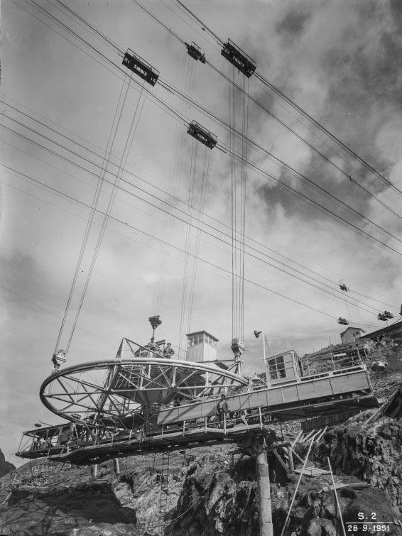 Il getto del calcestruzzo durante i lavori della diga del Sabbione