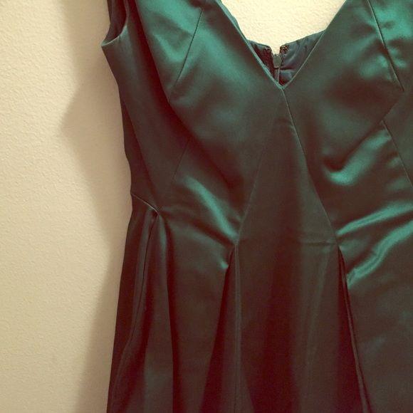 Gorgeous Emerald Green cocktail dress! Bubble hemline. Flattering seam lines. V-neck. Sleeveless.  This dress has pockets. FUN party dress!!  Maggy London Dresses