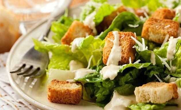 Aprenda como fazer o delicioso molho caesar e use nos mais diversos pratos de saladas de folhas verdes. A receita é simples de fazer e fica pronta em apenas 5 minutos. Veja também Receita tradicional da salada caesar Salada de macarrão rápida e prática Salada de folhas verd