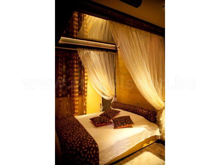Hálószoba rejtett világítással és sok egyedi megoldással!   A baldachinos, tükrös mennyezetű ágyat még egy kis hangulatfénnyel tovább tudták turbózni az extra romantikus élmény megalapozásáért!