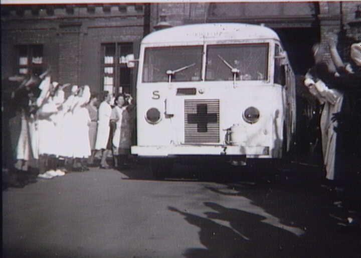 Bernadotte-aktionen. Svensk Røde Kors bus med befriede fanger fra tyske koncentrationslejre modtages på Blegdamshospitalet i april 1945  Tidsperiode og årstal Datering:apr-45 - See more at: http://samlinger.natmus.dk/FHM/25267#sthash.YIgHqS9S.dpuf