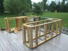Muž bez zkušenosti si na terase postavil nádhernou venkovní kuchyni. Podívejte jak postupoval!