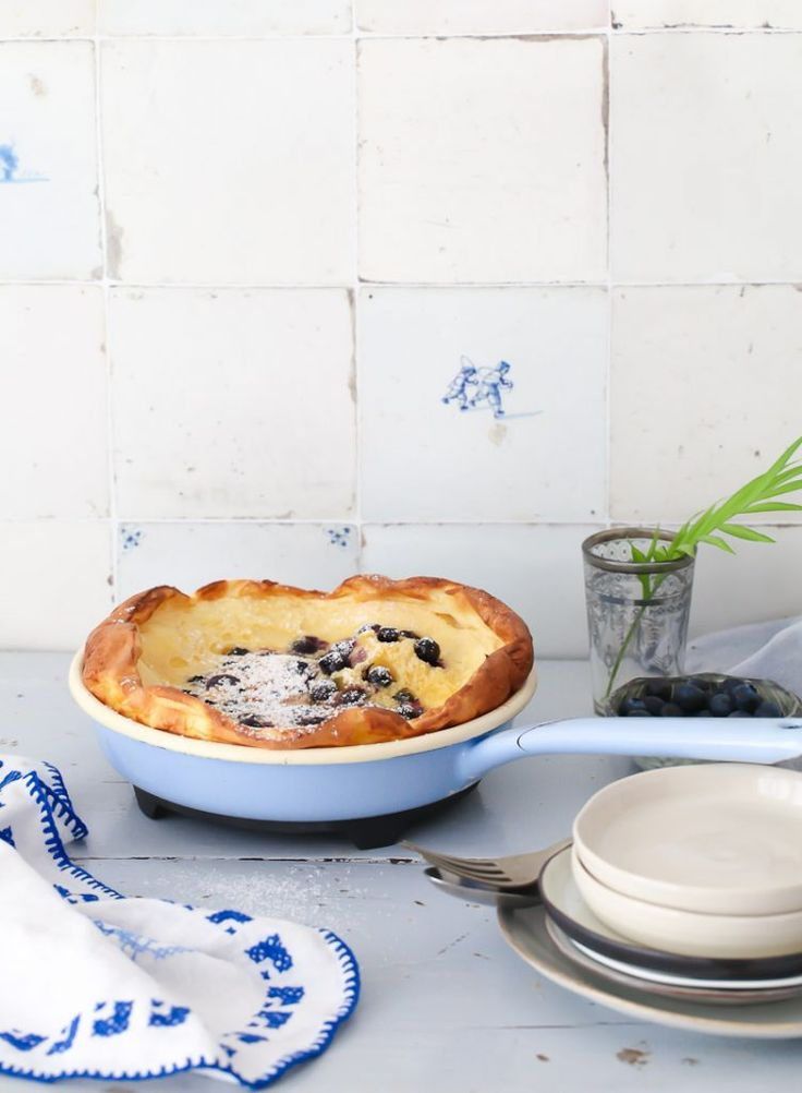 Blaubeere Ofen Pfannkuchen Rezept blueberry dutch baby recipe Pfannkuchen Blaubeerrezept wild blueberries Zuckerzimtundliebe Foodstyling Food Photography frühstück hellblaue riess emaille pfanne emaillegeschirr