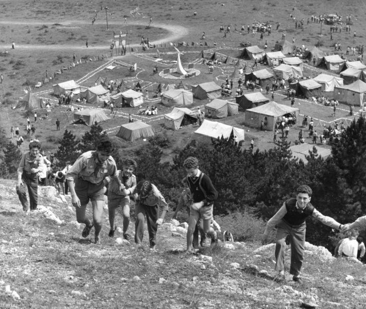 A csillebérci úttörőtábor egészen a '70-es évekig jellemzően sátortábor volt. 1948-as létrehozásakor még Úttörő Köztársaság néven futott, 1950-ben készült el teljesen, önkéntes építőbrigádok munkájával. A tábor fejlesztése 1970-ben indult meg. Ekkortól viszont már saját konyhája, postája, stadionja és színpada is volt a csillebérci tábornak, és felépültek a fapavilonok, valamint a parancsnoki épületek is.