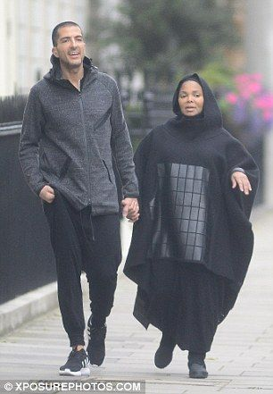 Pregnant Janet Jackson covers up her blossoming baby bump. Beautiful photo❤️❤️❤️❤️