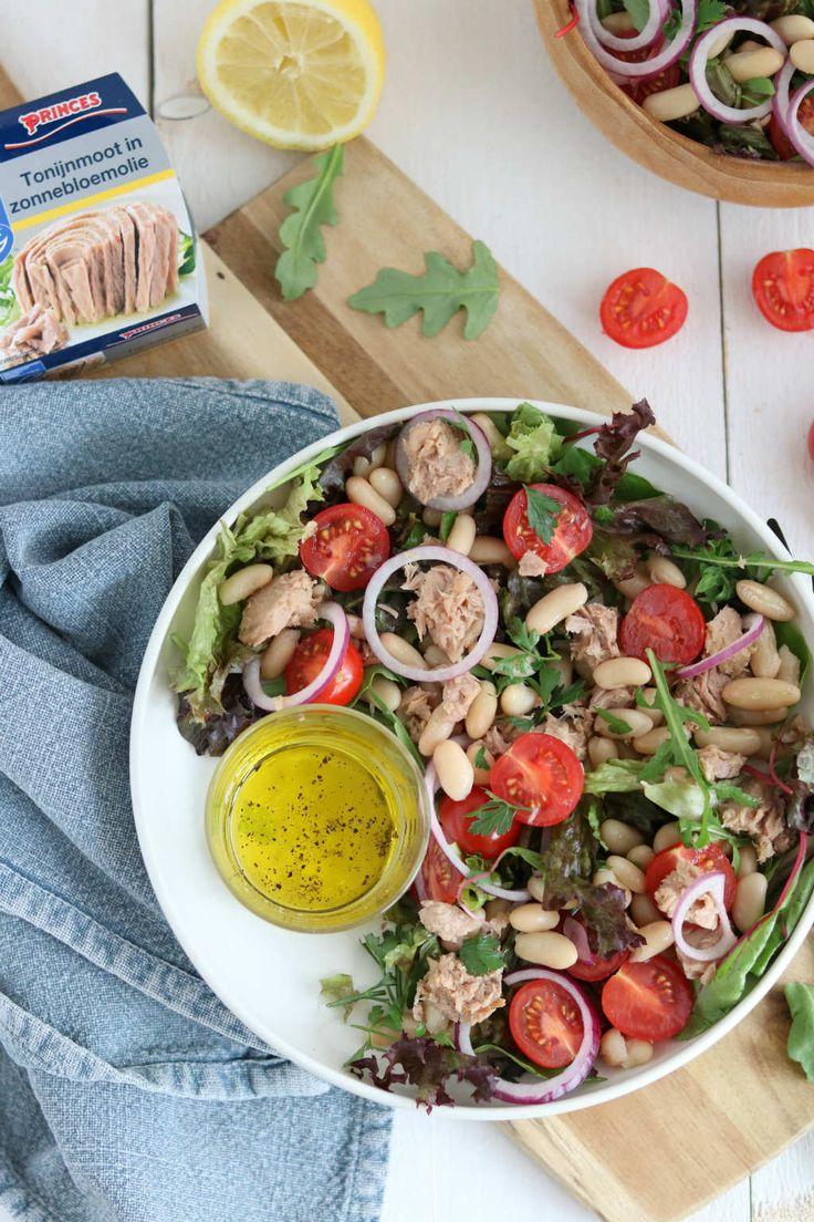 Italiaanse bonensalade met tonijn en tomaat. Met slechts 7 ingrediënten zet je deze lunch salade zo op tafel. Ook geschikt als bijgerecht bij de bbq. #lunch #salad #italian #tuna