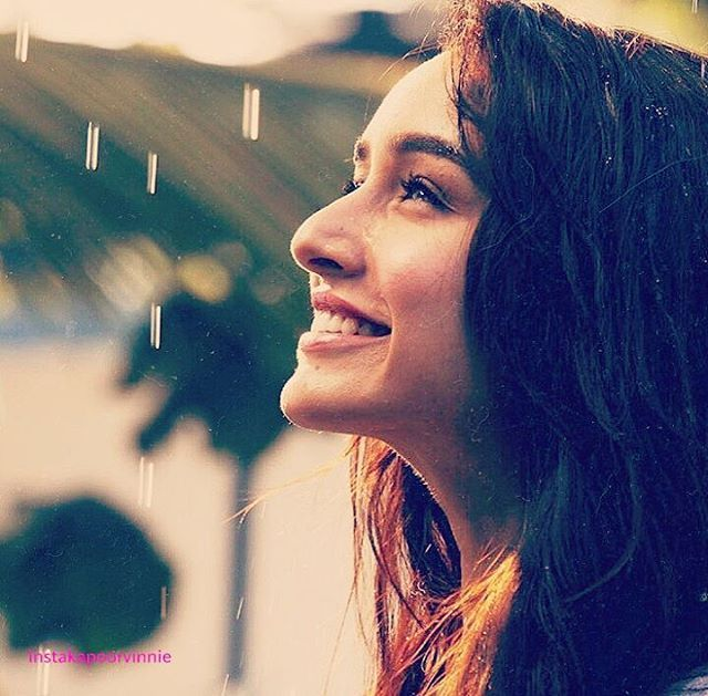 Awwwiii....her smile  shraddha kapoor
