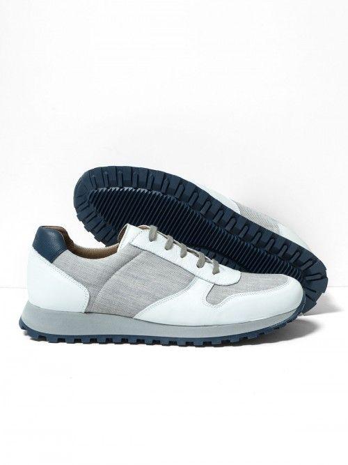 Sneakers de piel y lana melange fría, en color gris. Suela del mismo color y con el piso en color azul. Una deportiva cómoda y con la calidad que ofrece el calzado confeccionado en España. www.soloio.com  #manshoes #shoes #madeinspain #shoesfromspain #menstyle #outfitdetails #athleisure #sneakers #whitesneakers