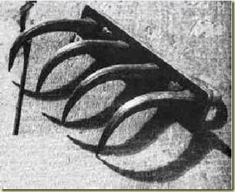 """Garra de gato. El torturado era colgado desnudo y con un instrumento dotado de garfios en la punta y era """"rascado"""".  Las afiladas uñas de esta zarpa de gato desgarraban la piel y arrancaban tiras de carne, a menudo los garfios penetraban tan hondo que dejaban el hueso a descubierto e incluso podían """"rascarlo"""". El torturado solía morir desangrado o quedaba inconsciente debido al dolor."""