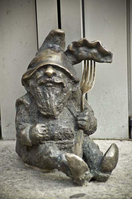 Un krasnal et son célèbre pierogi, plat typique polonais - Photo © ::mav - Flickr.com #Pologne