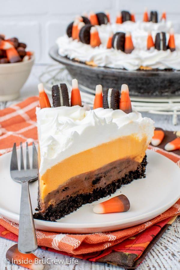 No Bake Halloween Oreo Cream Pie – diese einfache No Bake-Torte hat Schichten von Keksen, …   – Yum