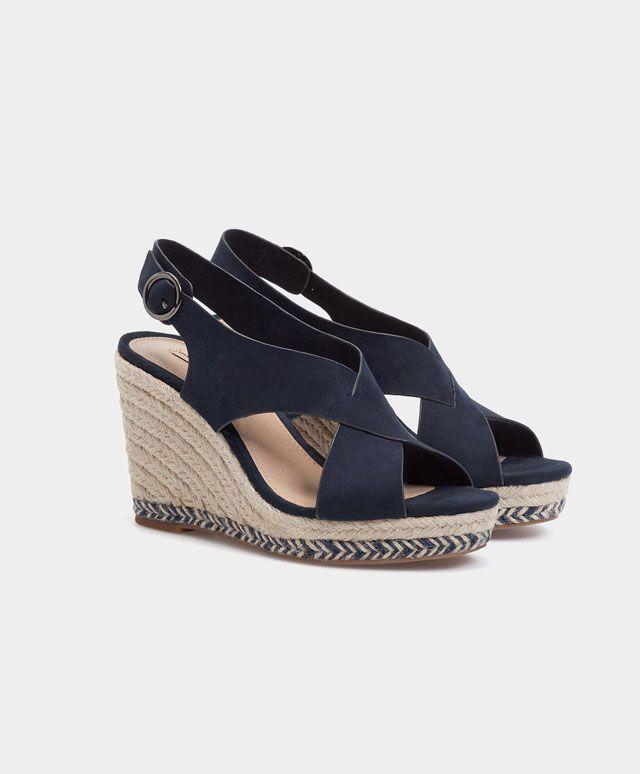 Sandale cu talpă ortopedică şi barete petrecute - Încălţăminte - Tendinţe SS 2017 în moda pentru femei, pe Oysho online: lenjerie intimă, lenjerie, îmbrăcăminte sport, etnică, boho, pantofi, accesorii şi modă de plajă.