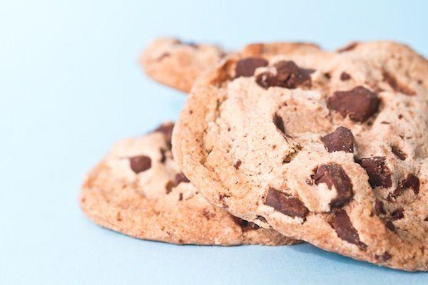 Quintessenza della colazione dei bambini americani, e finalmente parte del menù anche dei nostri, i chocolate chip cookie riscuotono un grandissimo successo (soprattutto come merenda a scuola e alle festicciole di compleanno!). Per renderli più interessanti usate del cioccolato tagliato a mano, sia fondente che al latte, al posto delle classiche gocce. E se piacciono, …