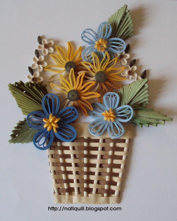 Cesta de flores quilling, feita usando a técnica husking, nas flores azuis. Nas folhas, usei a técnica afro comb(pente africano).