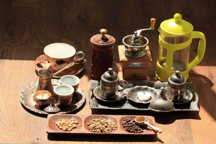 Kawa i herbata to niezwykle aromatyczny warsztat, mnogość naczyń z różnych zakątków świata i zapachy przypraw dodawanych do herbaty, sprawią że przeniesiemy się na chwilę do Tybetu, czy nawet Maroka.