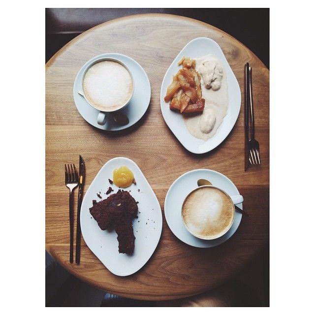 Cafés con leche + Brownie + Tatin de pera con helado de turrón