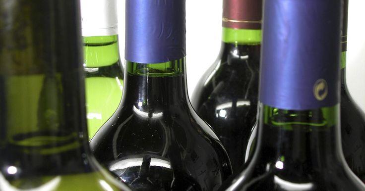 Cómo hacer un pastel de cumpleaños con forma de botella de licor. Celebra el cumpleaños de un amigo que cumpla 21 años o de uno que sea experto en vinos preparándole un pastel con forma de botella de licor o adapta el diseño para hacer la forma de una botella de vino. La forma también es adecuada para un pastel de bodas para la recepción y puede modificarse para parecer una botella de cerveza.