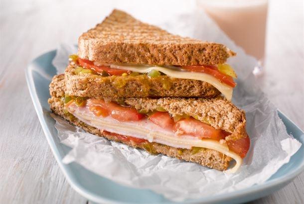 Rapsakaksi paahdettu juustotoast on maukas välipala. Nauti maito- tai kaakaolasillisen kanssa. http://www.valio.fi/reseptit/juustotoastit/