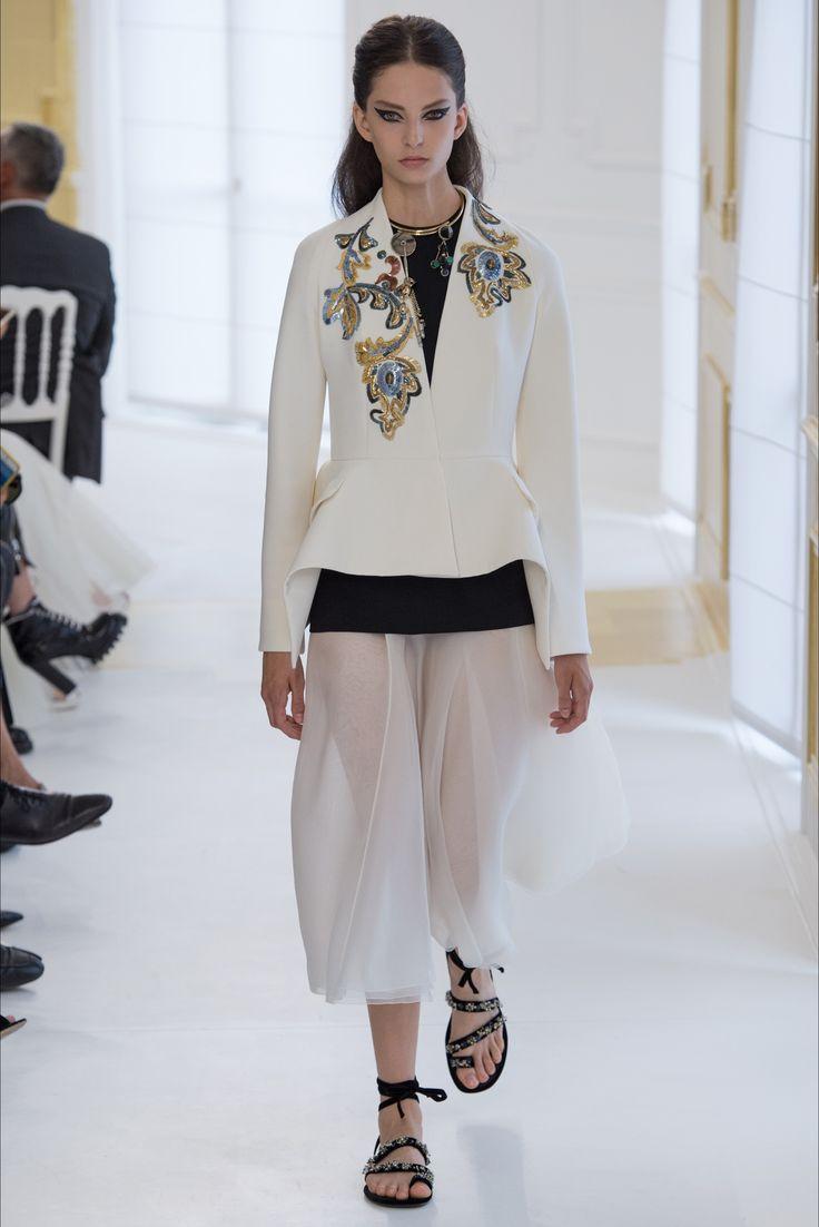 Guarda la sfilata di moda Christian Dior a Parigi e scopri la collezione di…