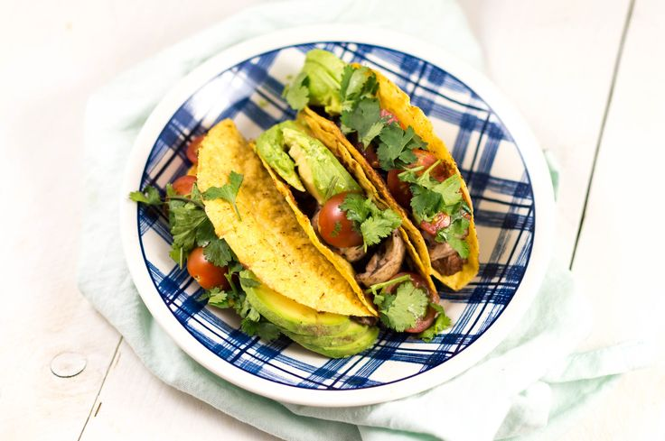 Deze taco's met mole zijn gevuld met Mexicaanse mole saus, kip, avocado en cherrytomaatjes. Mole is een Mexicaanse saus die je makkelijk zelf kunt bereiden.