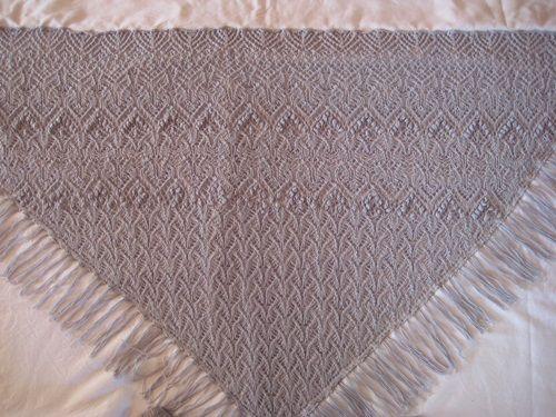 ein tolles Tuch, was man variabel in der Größe stricken kann und einen großen Auftritt garantiert Material: 3 Stränge Garn Super Royal (Lace/2-ply, 70% Mohair, 30% Acryl, Lauflänge ca. 262m) Nadel …