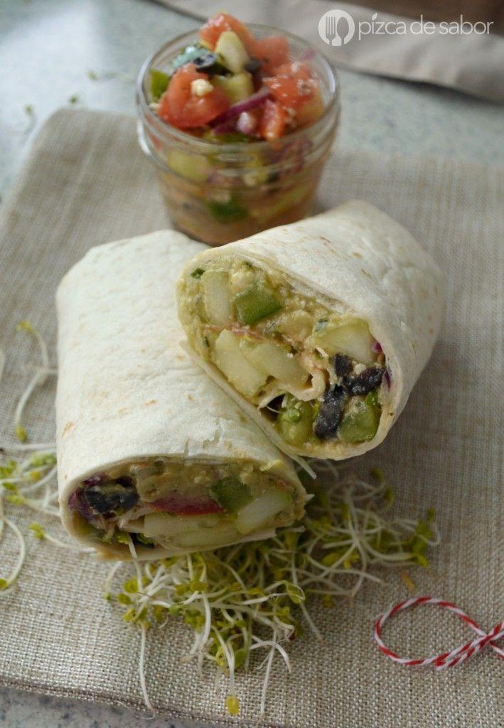 Wraps de ensalada mediterránea con hummus www.pizcadesabor.com