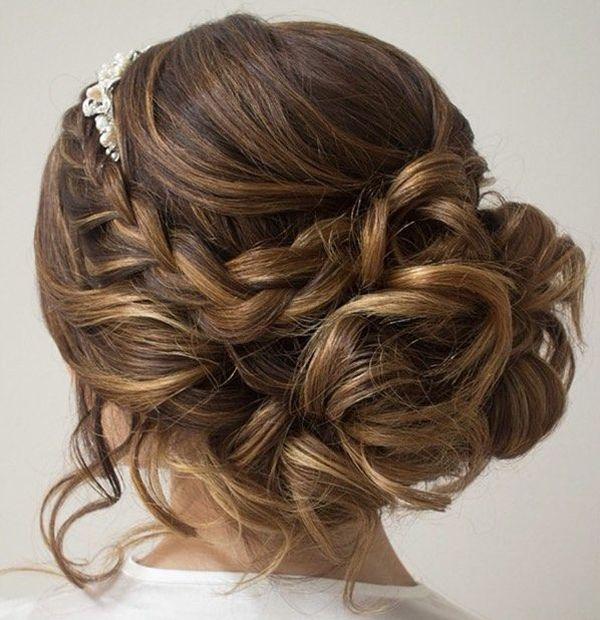 Voici 15 idées pour faire le plein d'inspiration pour un mariage. Focus pour les cheveux longs : Avec un chignon flou et romantique.