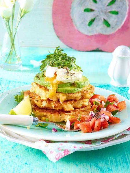 Maispuffer-Türmchen mit Avocado und pochiertem Ei