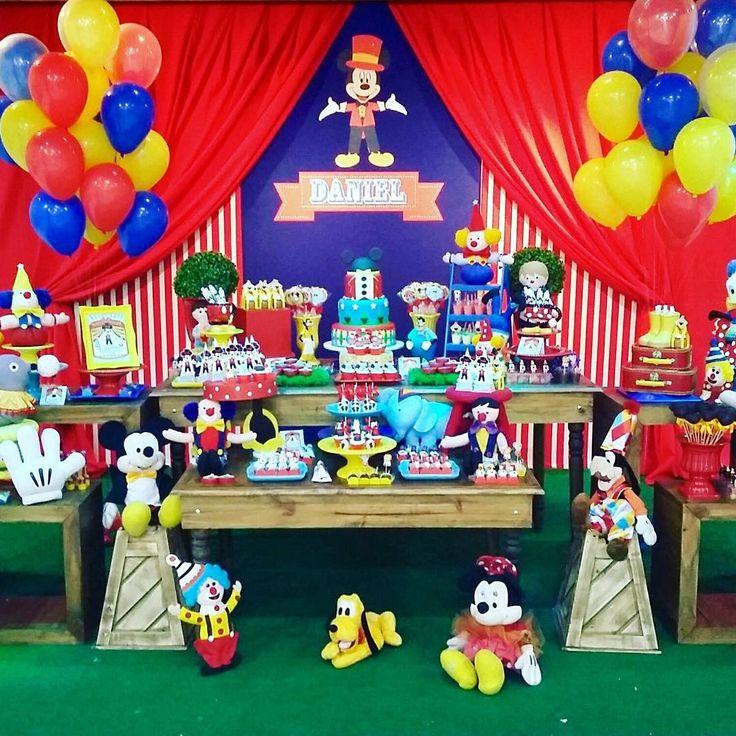 """""""Primeira festa do dia: Circo do Mickey para o primeiro ano do Daniel…"""