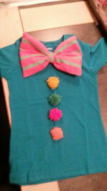 Clown shirt; pompons gemaakt met een vork en een strik erop (lapje stof dubbelgenaaid en wat wasemkap vulling vd action erin. Midden bij elkaar pakken en een bandje erom.)