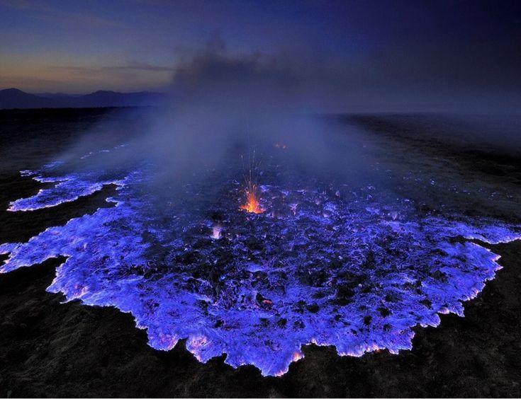 Erupção azul: vulcão escorre lava brilhante na Indonésia