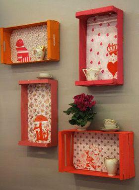 Mini estantes con cajas de frutas decoradas. http://bricolaje.facilisimo.com/reportajes/carpinteria/ideas-para-reciclar-cajas-de-la-fruta_953139.html