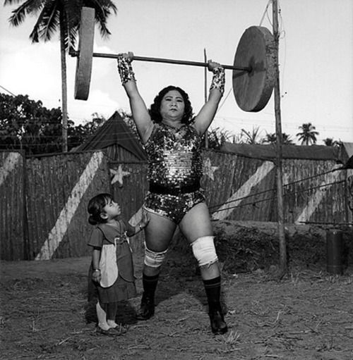 Shavanaas Begum with her 3 yr old daughter,Par Veen. Great Gemini Circus, India, 1989. Photo by Mary Ellen Mark.