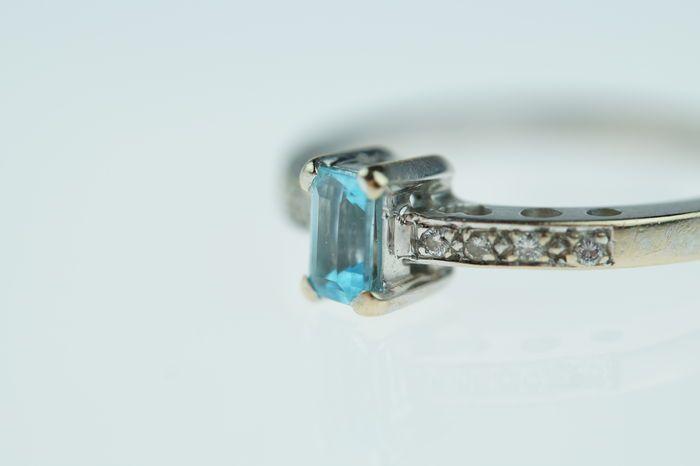 18 karaats gouden damesring bezet met topaas en diamanten ringmaat 165  Witgouden damesring bezet met blauwe topaas en geflankeerd door 8 briljant geslepen diamantjes(ca. 005 carat SI/P Wesselton)Betreft een fijn en elegante ring met een gewicht van 335 gram ringmaat 165 sierlijk bewerkte scheen met o.a. hartjesDe ring verkeert in mooie staat(normale gebruikerssporen)Uiteraard is dit sieraad voorzien het 18 karaats goudkeurmerk en makersteken(zie laatste foto)Levering inclusief…