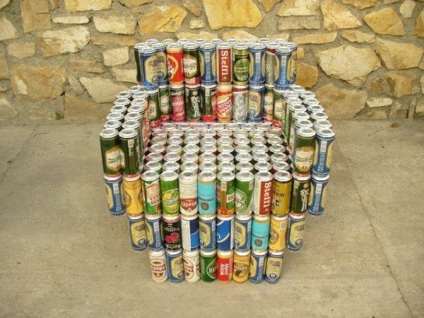 Sillón hecho con latas de cerveza