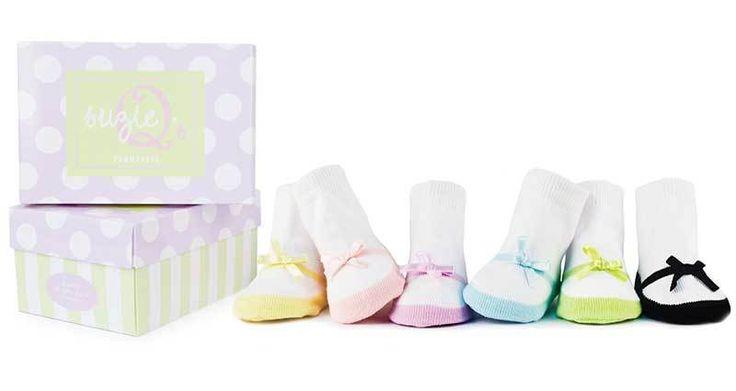 Caja de Calcetines Suzie Q's de Trumpette Trumpette caja de calcetines Suzie Q's La cajita de Suzie Q's consta de seis pares de calcetines para niñas entre 0 y 12 meses. Estos preciosos calcetines simulan la forma de unas Merceditas con una lazada. Los seis pares de calcetines son de distintos colores pasteles tal y como puedes ver en las fotos, para que puedas llevar a tu bebé combinado con su ropita. Vienen presentados en una preciosa caja, perfecta para regal