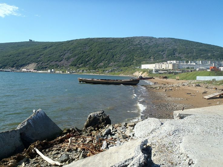 Magadan La ciudad portuaria de Magadan se localiza en la costa norte del mar de Ojotsk, en una región dedicada a la explotación de las minas de oro y estaño. Es el territorio de los pueblos chukchi, evenky y yakut, dedicados a la ganadería. La localidad se fundó en el año 1933 en una hermosa bahía protegida por escarpadas colinas. Su economía se fundamenta en la industria del pescado y la naval. La región es montañosa.