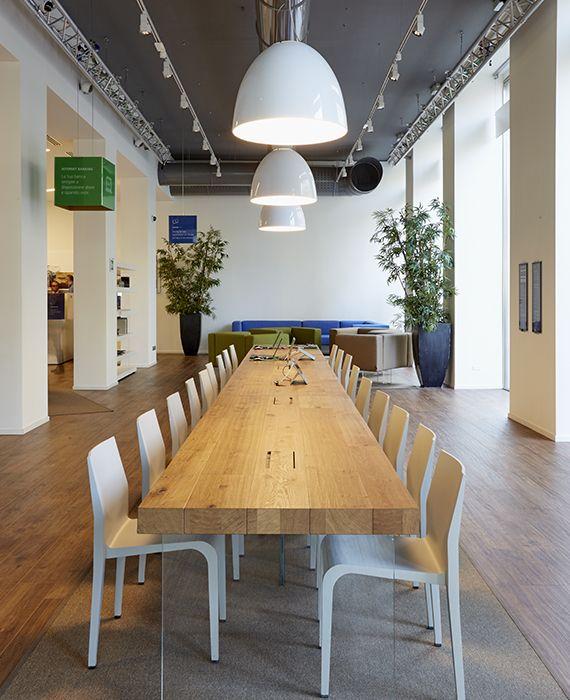 Il grande tavolo di legno grezzo