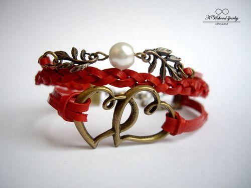 Starozlatý náramek s větvičkami a srdíčky v červené barvě a stylu infinity