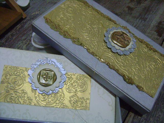 Lluvias de sobre presentadas en caja decorativa con tarjeta marcada con mensaje manuscrito, para regalos especiales a personalidades.