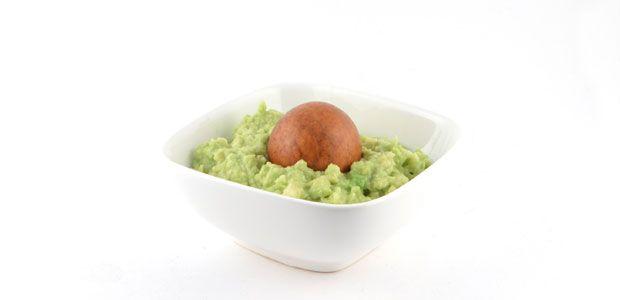 Guacamole is een heerlijke gezonde dip. Heerlijk om plakjes komkommer of stukjes paprika in te dippen. Zo maak je met guacamole een super gezonde snack.