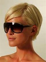 Kurze Frisuren und Schnitte Tom Ford Shades und Blonde Pixie