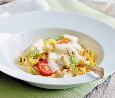 Ta en genväg till havets smaker med rökta musslor på burk. Lyxig och snabblagad pasta med miljörätta musslor. Fänkålen passar bra till musslorna och vitlöken ger extra skjuts åt pastasåsen.¨Toppa med färska dillvippor.